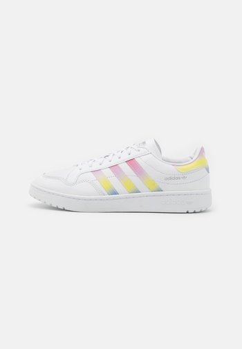 TEAM COURT  - Tenisky - footwear white/true pink/silver metallic