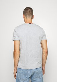 Tommy Hilfiger - GLOBAL STRIPE TEE - T-shirt con stampa - grey - 2