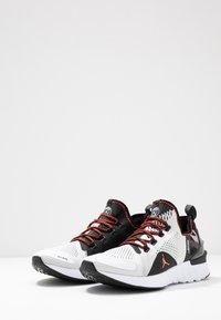 Jordan - JORDAN X PSG REACT ASSASSIN  - Obuwie do koszykówki - white/infrared/black - 2