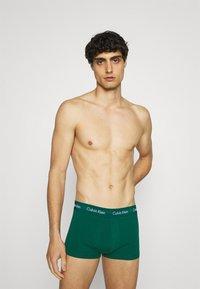 Calvin Klein Underwear - STRETCH LOW RISE TRUNK 3 PACK - Pants - blue - 2