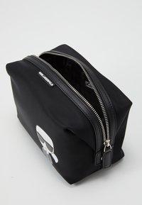 KARL LAGERFELD - IKONIK WASHBAG - Kosmetická taška - black - 2
