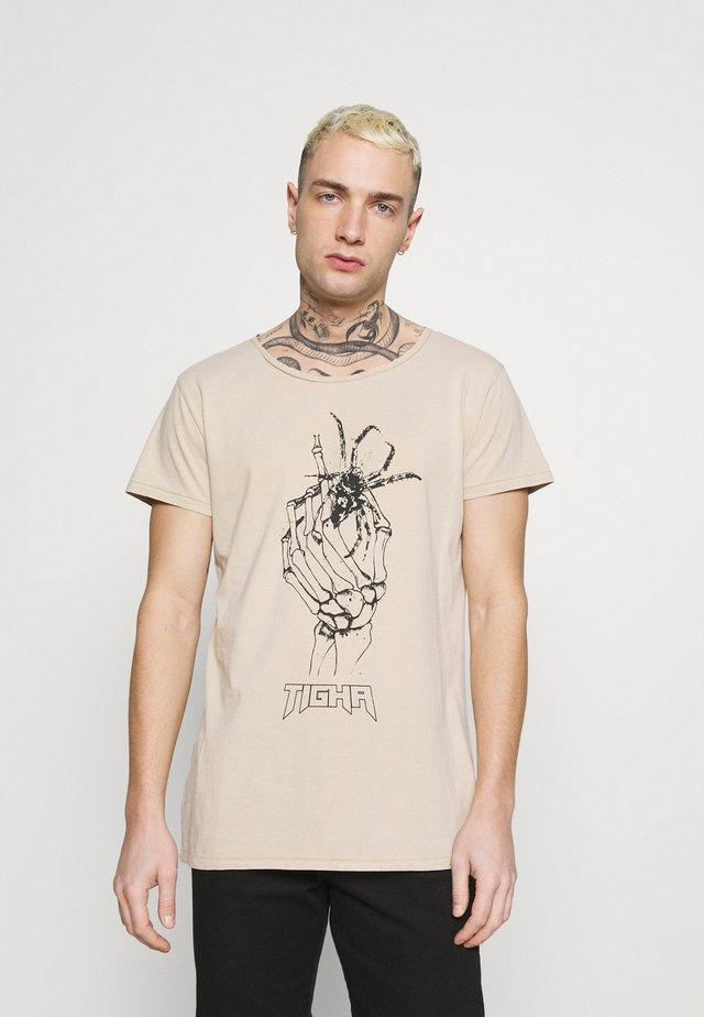 DEAD HAND WREN - T-shirts med print - vintage light sand
