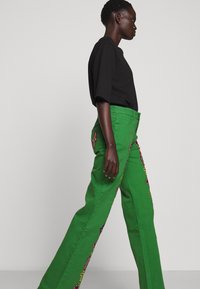 Stieglitz - EVITA PANTS - Flared Jeans - green - 3