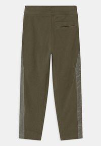 Nike Sportswear - UTILITY BOTTOM - Teplákové kalhoty - medium olive/light army - 1