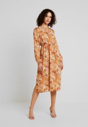 VIALBA  - Denní šaty - sandshell/leaf