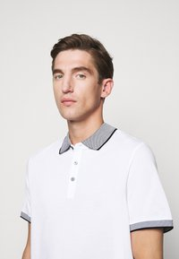Michael Kors - LOGO COLLAR  - Polo shirt - white - 3