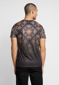 CLOSURE London - BAROQUE TILE PRINT FADE TEE - Print T-shirt - black - 2