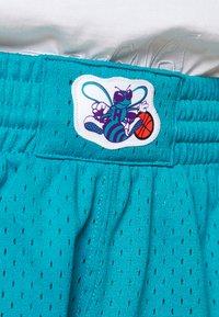 Mitchell & Ness - NBA SWINGMAN SHORTS HORNETS - Sports shorts - teal - 5