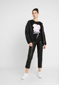 NA-KD - FLOWER TEE - Print T-shirt - black - 1