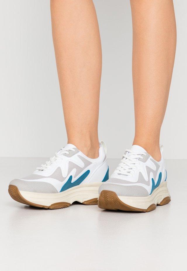 BRILLIANT SHARP  - Sneakers - white/blue