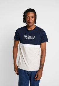 Hollister Co. - CORE TECH SMALL SCALE BLOCK  - Print T-shirt - navy/tan - 0