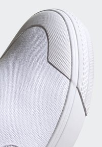adidas Originals - NIZZA SLIP-ON SHOES - Sneakers laag - white - 9