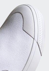 adidas Originals - NIZZA SLIP-ON SHOES - Trainers - white - 9