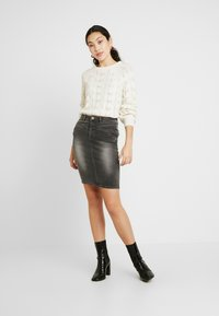 Noisy May Tall - NMBE LEXI TRIANGLE SKIRT - Pouzdrová sukně - medium grey denim - 1