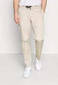 Tommy Hilfiger - ACTIVE PANT SUMMER FLEX - Trousers - beige - 0