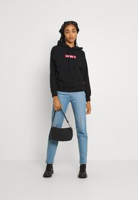 Levi's® - GRAPHIC STANDARD HOODIE - Mikina skapucí - boxtab red/mineral black - 1