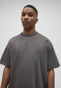 PULL&BEAR - LOOSE-FIT - Basic T-shirt - mottled dark grey - 3