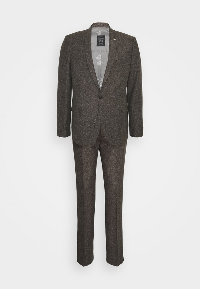 BUCKLAND SUIT - Puku - brown
