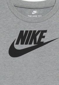 Nike Sportswear - FUTURA TEE BABY - Triko spotiskem - dark grey heather - 3