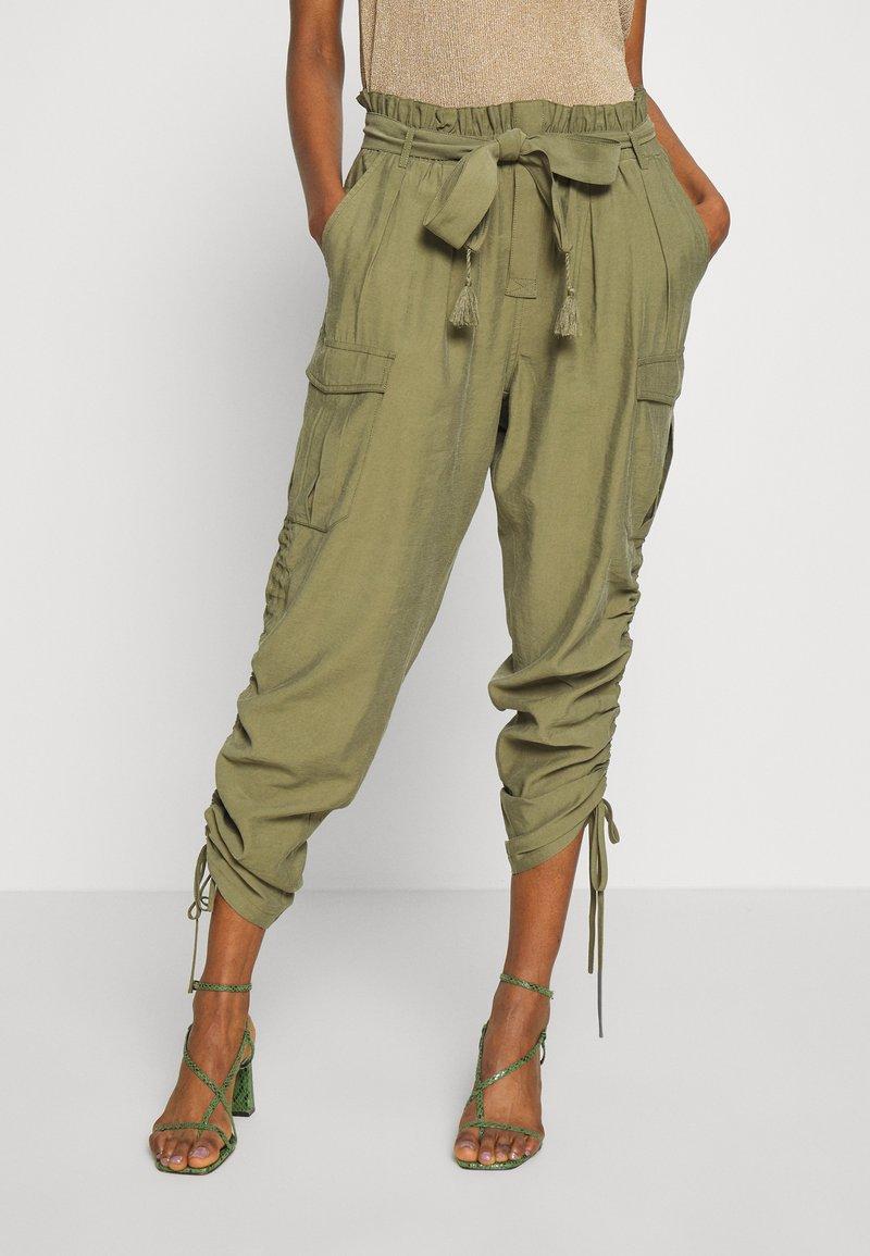 Cream - GUNNA PANTS - Cargo trousers - olive
