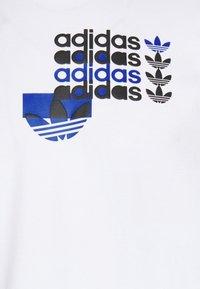adidas Originals - TEE - T-shirt imprimé - white - 5