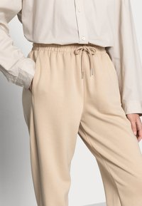 Soft Rebels - CARA PANT - Tracksuit bottoms - white pepper - 3