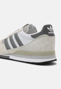 adidas Originals - ZX 500 UNISEX - Sneakers - orbit/grey four/white - 6