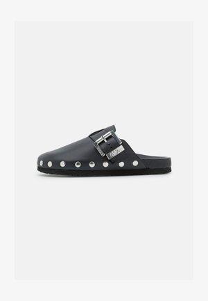 FIN - Pantofle - black