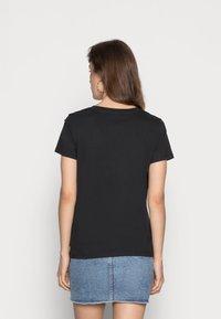 Levi's® - PERFECT V NECK - T-shirt z nadrukiem - caviar - 2