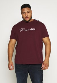 Projekts NYC - HOLDEN SIGNATURE TAPED - T-shirt con stampa - burgundy - 0