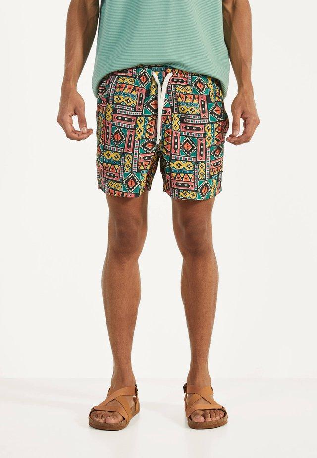 MIT GEOMETRISCHEM PRINT - Swimming shorts - green