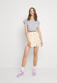 Dedicated - VISBY FLOWER POCKET - Print T-shirt - grey melange - 1