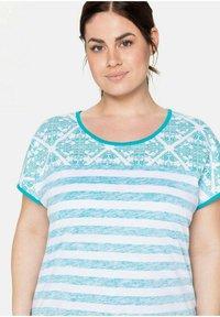 Sheego - Print T-shirt - weiß bedruckt - 3