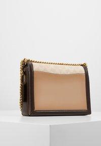 Coach - SIGNATURE BLOCK HUTTON SHOULDER BAG - Handtasche - tan/sand - 2