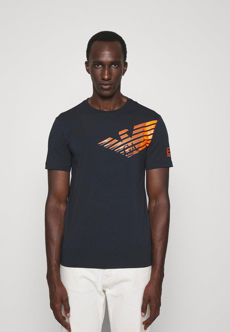 EA7 Emporio Armani - Print T-shirt - dark blue/orange