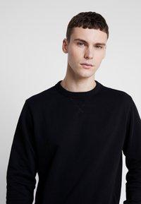 Calvin Klein Jeans - MONOGRAM SLEEVE BADGE - Sweatshirt - black - 3