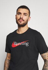 Nike Performance - TEE - T-shirts med print - black - 3