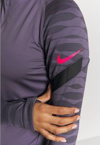 Nike Performance - DRY STRIK - Sportshirt - dark raisin/black/siren red - 4