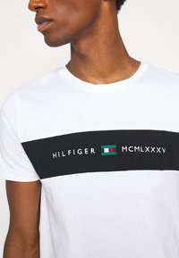 Tommy Hilfiger - NEW LOGO TEE - T-shirt con stampa - white - 6