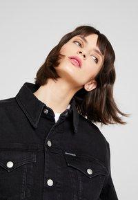 Calvin Klein Jeans - CROPPED FOUNDATION TRUCKER - Chaqueta vaquera - copenhagen black - 4