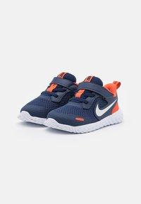 Nike Performance - REVOLUTION 5 UNISEX - Zapatillas de running neutras - midnight navy/white/orange - 1