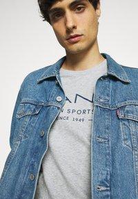 GANT - SUMMER - T-shirt med print - grey melange - 3