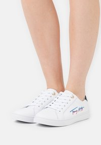 Tommy Hilfiger - SIGNATURE CUPSOLE  - Trainers - white - 0