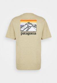 Patagonia - LINE LOGO RIDGE POCKET RESPONSIBILI TEE - T-shirt imprimé - classic tan - 1