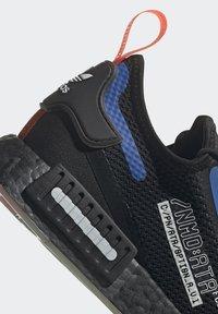 adidas Originals - NMD_R1 SPECTOO UNISEX - Sneakersy niskie - core black/yellow tint - 14