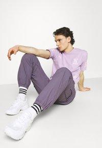 YAVI ARCHIE - RANDOM LOGO - Print T-shirt - lavender - 4
