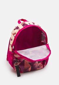 Nike Sportswear - BRASILIA UNISEX - Batoh - fireberry/crimson tint - 2