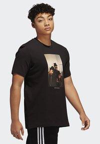 adidas Originals - RUN DMC PHOTO TEE - Print T-shirt - black/white/scarle - 3