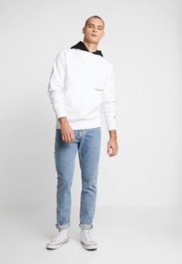 Calvin Klein Jeans - CONTRASTED HOODIE - Mikina skapucí - bright white/black - 1