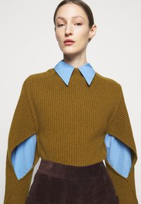 Victoria Beckham - CURVED HEM JUMPER - Sweter - ochre - 3